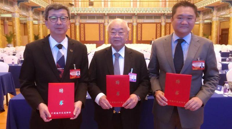 在北京出席中国海外交流协会第六届理事会会员大会。丹斯里玉唐受委顾问,总会长丹斯里福山与拿督斯里振辉受委理事。