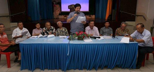 林朝盛(站者)向出席特别会员大会的会员讲解发展计划的详情。
