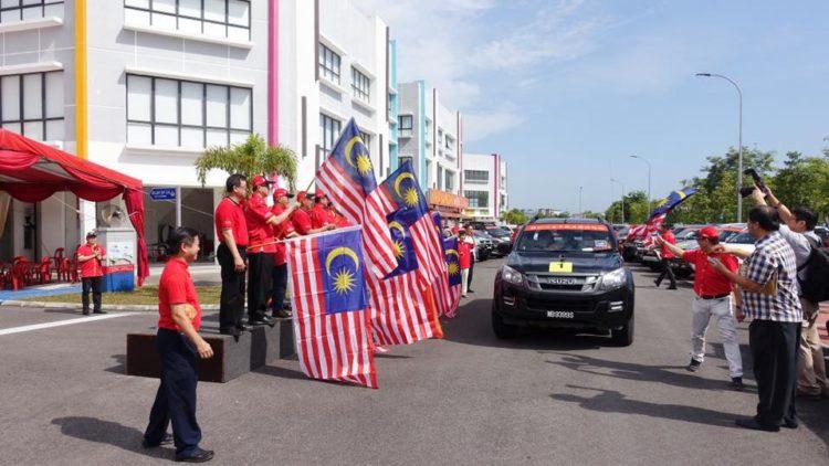 马来西亚林氏宗亲总会举办比干3110诞辰祭祖四轮驱动之旅挥旗礼,祝福长征车队旅途愉快,平安到达。