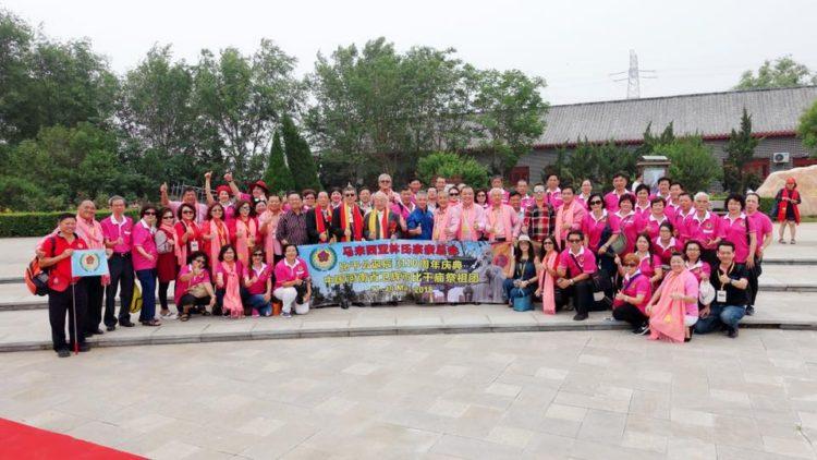 在中国河南卫辉比干庙参加比干庙大门剪彩仪式。