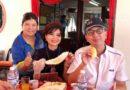 在槟城西南区林氏圣母堂会所与宗亲共享榴莲。